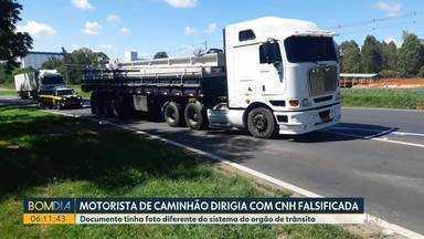 Motorista de caminhão é detido dirigindo com carteira de habilitação - Documento tinha foto diferente do sistema do órgão de trânsito.