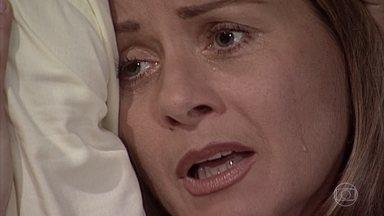 Helena sofre por Edu - Ela se lembra das duras palavras de Alma. Fred consola a mãe