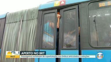 Portas dos ônibus do BRT não fecham completamente por conta de lotação do veículo - São milhares de pessoas que passam aperto todos os dias para chegar no trabalho e voltar pra casa - no meio da pandemia.