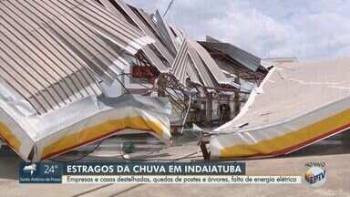 Chuva provoca queda de árvores, danifica postes e deixa casa destelhadas em Indaiatuba - Veja os problemas causados pelo temporal de terça-feira (17).