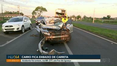 Carro fica embaixo de carreta em acidente na BR-277, em Foz do Iguaçu - O acidente foi na tarde ontem.