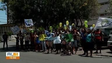 Grupo protesta em frente ao TRE contra resultado da eleição de Marechal Deodoro, AL - Manifestação começou pela manhã e terminou no início da tarde. Tribunal Regional Eleitoral de Alagoas nega fraude.