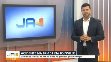 Acidente causa interdição da BR-101, em Joinville - Acidente causa interdição da BR-101, em Joinville
