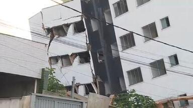 Vizinhos do prédio que ameaça desabar na Grande BH não sabem quando vão voltar para casa - São quatro dias de apreensão diante da enorme estrutura que ameaça desabar em Betim. As famílias vizinhas estão desalojadas.