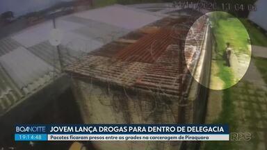 Jovem lança drogas para dentro de delegacia na região metropolitana de Curitiba - Pacotes ficaram presos entre as grades na carceragem de Piraquara.