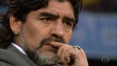 Vida de altos e baixos marcou a trajetória de Maradona pelo futebol - Ainda garoto, já era um fenômeno. Nessa idade, para a grande maioria, a ambição é maior que o talento. Para ele, não. Virou profissional com 16 anos, em um time tradicional, mas pequeno de Buenos Aires, o argentino Juniors.