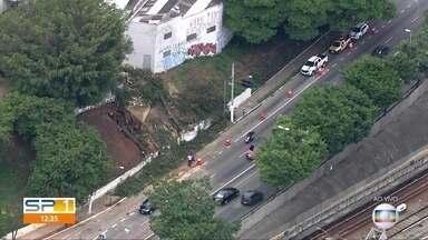 Rompimento de adutora deixa trânsito complicado na Radial Leste em São Paulo - Problema foi durante a madrugada e parte da via permaneceu interditada durante o dia.