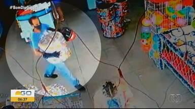 Câmera de segurança registra quando homem furta banco em supermercado de Goiânia - Nas imagens é possível ver que suspeito espera a esposa que estava no caixa, em seguida ele pega um banco estofado e vai embora sem pagar.