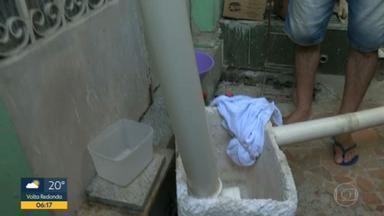 Morador de Quintino constrói estrutura para ter água em casa - Um morador de Quintino, no desespero do desabastecimento, construiu uma estrutura para pegar a água da chuva.