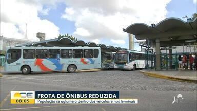 Passageiros reclamam de frota de ônibus reduzida e aglomerações em Fortaleza - Saiba mais em: g1.com.br/ce