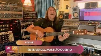Lenine canta 'Envergo, mas Não Quebro' - Confira