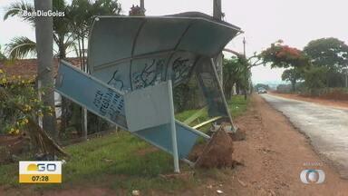 Ponto de ônibus está retorcido e ameaça cair no Jardim Bela Vista - Passageiros não conseguem sentar e nem se abrigar do sol ou chuva devido às condições da estrutura.