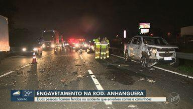 Engavetamento deixa dois feridos na Rodovia Anhanguera, em Sumaré - Acidente ocorreu na tarde desta terça-feira (8) e envolveu uma carreta, um caminhão e oito carros no km 107 da pista sentido interior.