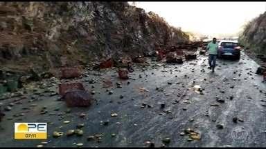Caminhão carregado de mangas tomba na Serra das Russas, na BR-232 - Acidente ocorreu na manhã desta quinta-feira (9) e não houve feridos.