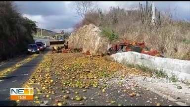 Caminhão carregado de mangas sai da pista e interdita trecho da BR-232, em Pombos - Bloqueio parcial da rodovia ocorreu após o motorista do veículo perder o controle da direção.