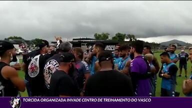 Torcida organizada invade Centro de Treinamento do Vasco - Torcida organizada invade Centro de Treinamento do Vasco