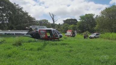Idoso de 78 anos é atropelado por trator em Jundiaí - Um idoso de 78 anos ficou ferido após ser atropelado por um trator em Jundiaí (SP). Segundo a Polícia Militar, ele tentava consertar o veículo, quando se desequilibrou, caiu e foi esmagado na altura do tórax pela roda traseira. O helicóptero Águia, da PM, o levou até o hospital da Unicamp e seu estado de saúde é grave.