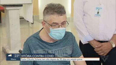 Padre Cláudio Scherer tem alta depois de 90 dias em estado grave - Sacerdote foi recebido por fiéis e familiares na saída de hospital em Santos.