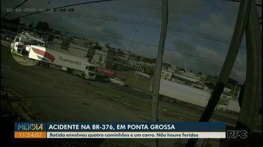 Quatro caminhões se envolvem em acidente na BR-376 - Batida foi em Ponta Grossa. Não houve feridos.