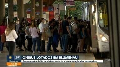 Aglomeração, falta de distanciamento e preocupação dos passageiros de ônibus em Blumenau - Aglomeração, falta de distanciamento e preocupação dos passageiros de ônibus em Blumenau