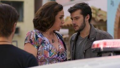 Francesca decide acompanhar Giovanni até a delegacia - Os dois entram na viatura