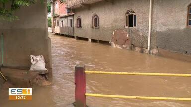 Chuva alaga ruas em Muniz Freire, no Sul do ES - Assista.