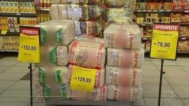 Preço dos alimentos sobe e afeta o bolso do consumidor em Sorocaba - O reajuste nos preços dos alimentos em 2020 vai afetar o bolso do consumidor. O arroz, por exemplo, ficou 90% mais caro neste ano. Outros alimentos como cebola e ovo tiveram um aumento de mais de 40% nos preços finais.