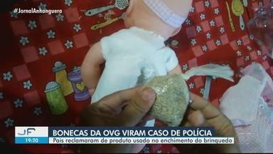 Pais de crianças denunciam enchimento com saco de 'areia' em bonecas doadas pela OVG - Brinquedo foi entregue como presente de Natal.
