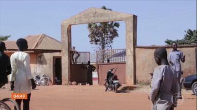 Parentes dos mais de 300 estudantes sequestrados na Nigéria esperam por notícias - O meninos foram levados de uma escola no norte do país, no meio da noite. A ação foi reivindicada pelo grupo extremista Boko Haram.