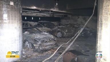 Carros ficam destruídos em incêndio na garagem de prédio em Boa Viagem, no Recife - Segundo Corpo de Bombeiros, fogo começou em um dos veículos e atingiu dez.