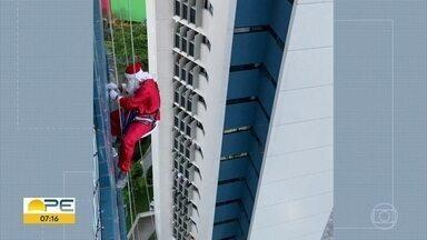 Papai Noel desce de rapel para cumprimentar moradores de edifício no Recife - O bom velhinho desceu por 24 andares e entregou presentes.
