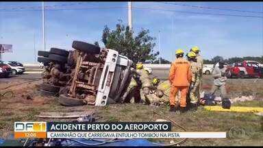 Caminhão tomba perto do aeroporto - O caminhão carregava entulho. O motorista ficou preso no veículo e foi socorrido pelos bombeiros.