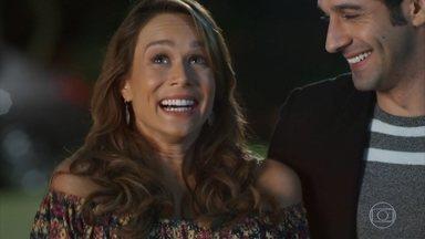 Tancinha se empolga com a surpresa de Beto - Beto leva a feirante para conhecer Claudia Raia