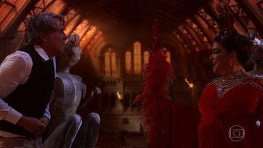 Aparício tem uma alucinação com Teodora - O empresário cochila enquanto espera por notícias de Giovanni no hospital. O filho de Francesca insiste em ir embora e esconder seu ferimento da mãe