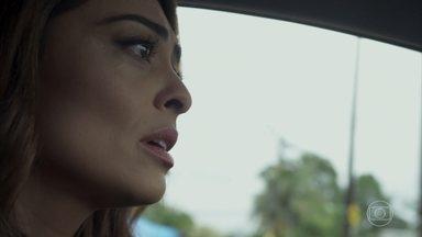 Bibi consegue escapar de blitz - Morena leva armas dentro do carro de Rubinho e tenta disfarçar tensão ao ser parada por policial