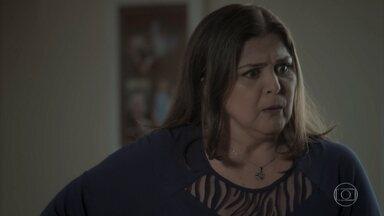 Aurora fica transtornada ao saber que Bibi transportou armas no carro de Rubinho - Bibi vai para o salão e acaba sendo demitida por chegar atrasada novamente