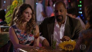 Doralice implica com Natália - Alberto fica de olho nos tenentes e manda Hélio encontrar Cassiano no Flor do Caribe