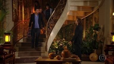 Alberto flagra Cassiano levando Samuca da mansão - O empresário encara Ester e Cassiano