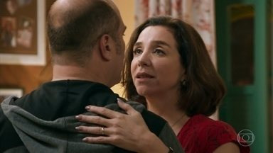 Francesca e Rodrigo se sentem atraídos durante a aula de dança - A feirante é paciente com o empresário e garante que vai livrá-lo de suas manias