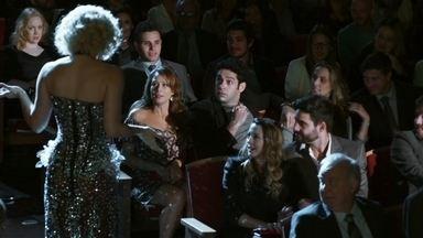 Cláudia Raia conversa com Beto e Tancinha durante o espetáculo - A feirante fica sem reação diante da atriz