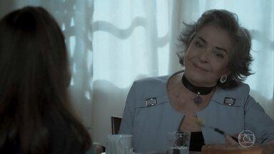 Elvira conta sua história para Aurora - Ela revela que um de seus maridos foi morto por uma arquiteta chamada Solange Lima