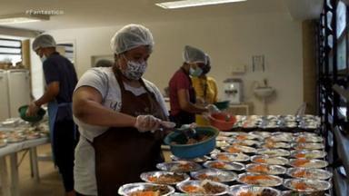 Rede de solidariedade transforma Paraisópolis em meio à pandemia - Com máscara, com comida, com entrega de cesta básica a população, Paraisópolis se preparou para enfrentar a Covid e tudo o que vinha junto. Veja os detalhes na reportagem do Fantástico.