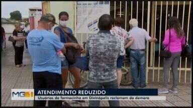 Usuários da Farmacinha municipal reclamam do atendimento em Divinópolis - Eles disseram que o número de fichas reduziu e muita gente foi embora sem atendimento nesta terça-feira (29). Os usuários também reclamam da demora.
