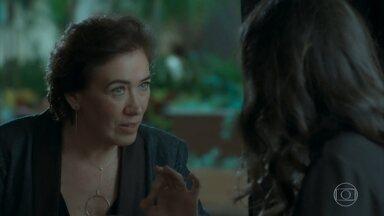 Silvana e Stella conspiram contra Irene - Arquiteta quer promover a reconciliação entre Joyce e Eugênio