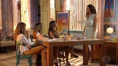 Ester e Carol tentam convencer Taís a modelar - Elas afirmam que Taís tem a cara da nova coleção de roupas de renda da ONG