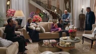 A família de Teodora passa a noite em claro - Aparício decide se juntar aos familiares também