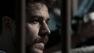 Zeca é levado para presídio - O caminhoneiro é preso injustamente por tráfico de drogas e, por isso, Abel e Nazaré se desesperam. Cândida conversa com Jeiza e sofre por não poder contar sobre a prisão de Zeca