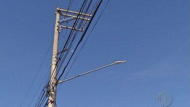 Fiação solta nas ruas de Mogi representa perigo para os pedestres - Quem anda pelas ruas de Mogi talvez já tenha se deparado com algum fio de poste solto, que é um problema antigo na cidade.