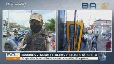 Polícia Militar faz operação no Subúrbio após arrastões; suspeitos dos crimes foram presos - Com os presos, foram encontrados vários aparelhos de celulares, que eram vendidos com cartão de débito.