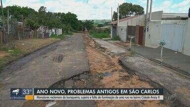 Moradores do Aracy 2 reclamam de buracos, sujeiros e falta de iluminação em São Carlos - Eles cobram providências em rua do bairro.